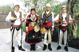 Famija-Nonaj-me-insrtumenta-folklorike-lahute-e-cifteli